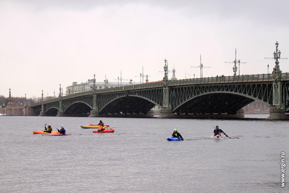 Каякеры в Санкт-Петербурге под Троицким мостом