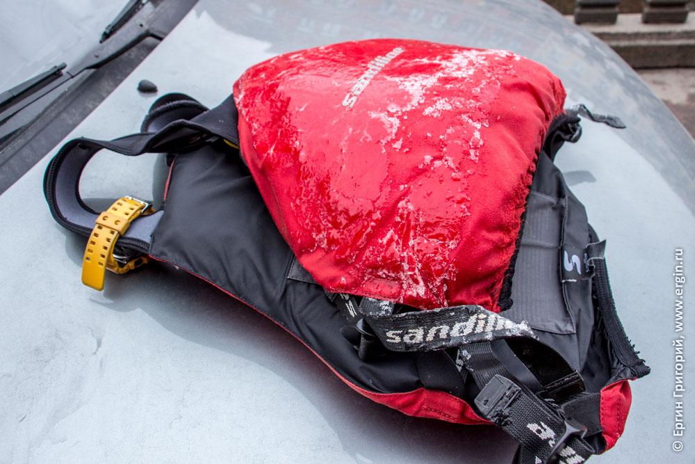 Обледеневший спасжилет каякера трудно расстегнуть и снять