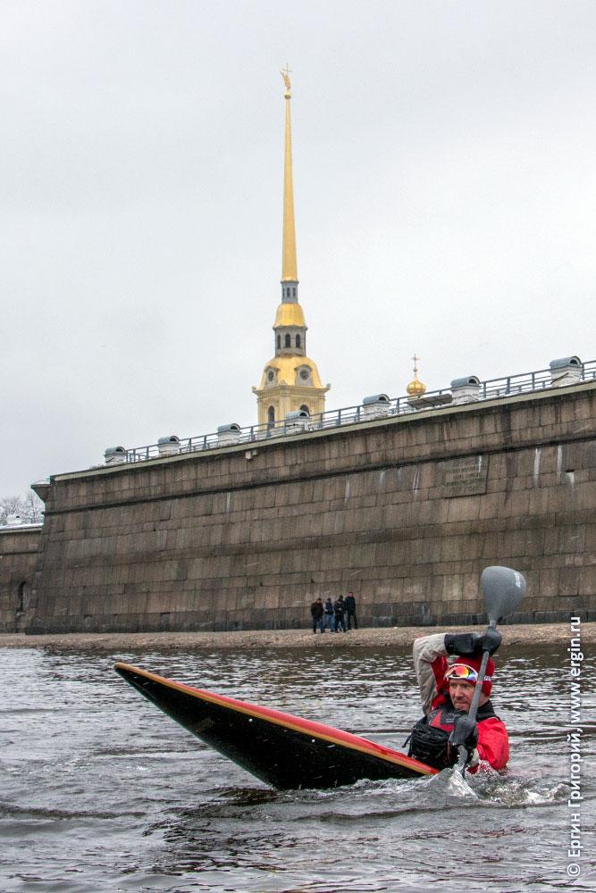 Гребной слалом на Неве у Петропавловской крепости СПб каяк