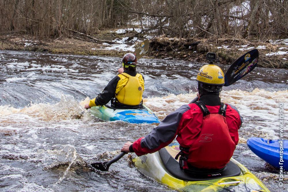 Тренировка по фристайлу на бурной воде на реке Мге в бочке