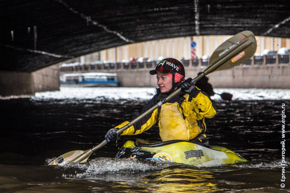 Девушка каякер под Санкт-Петербургским мостом