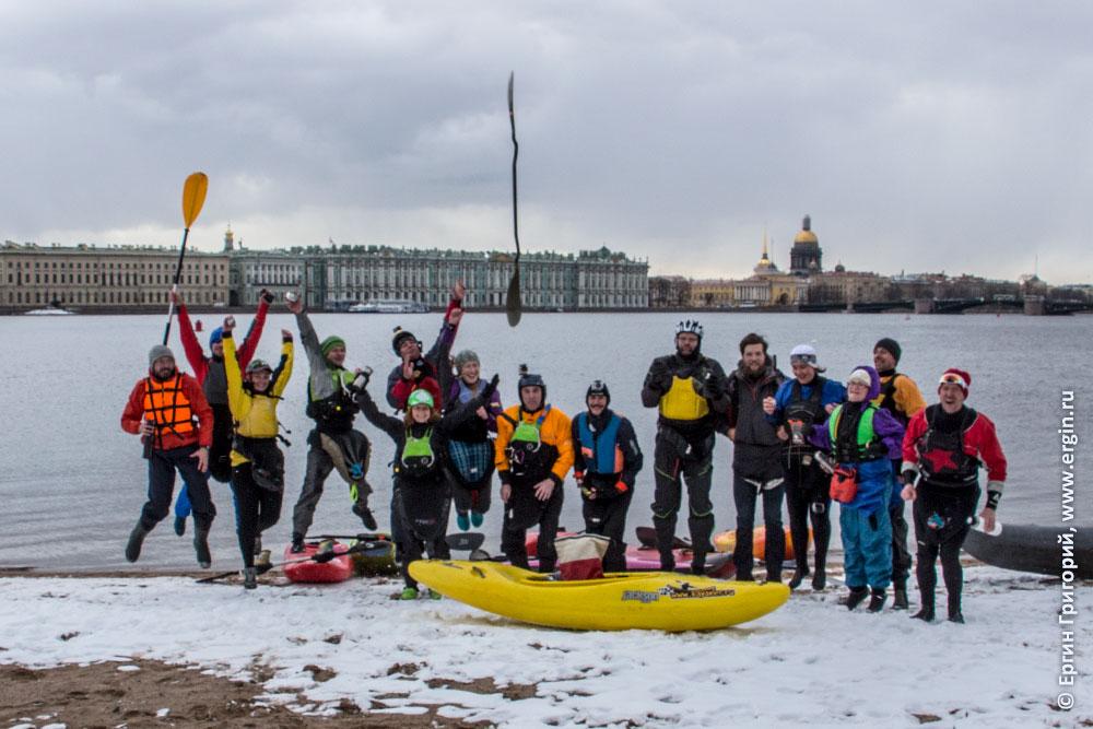 Каякеры радостно прыгают на снегу в Санкт-Петербурге