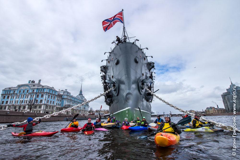 Каякеры возле Крейсера Аврора в Санкт-Петербурге
