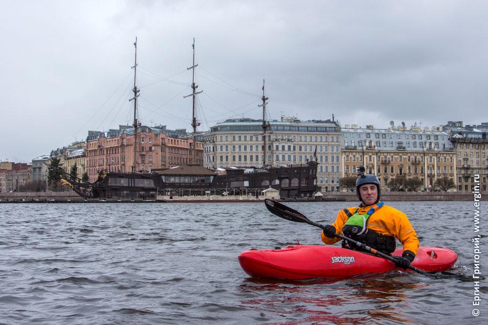 Каякер на Неве в Санкт-Петербурге