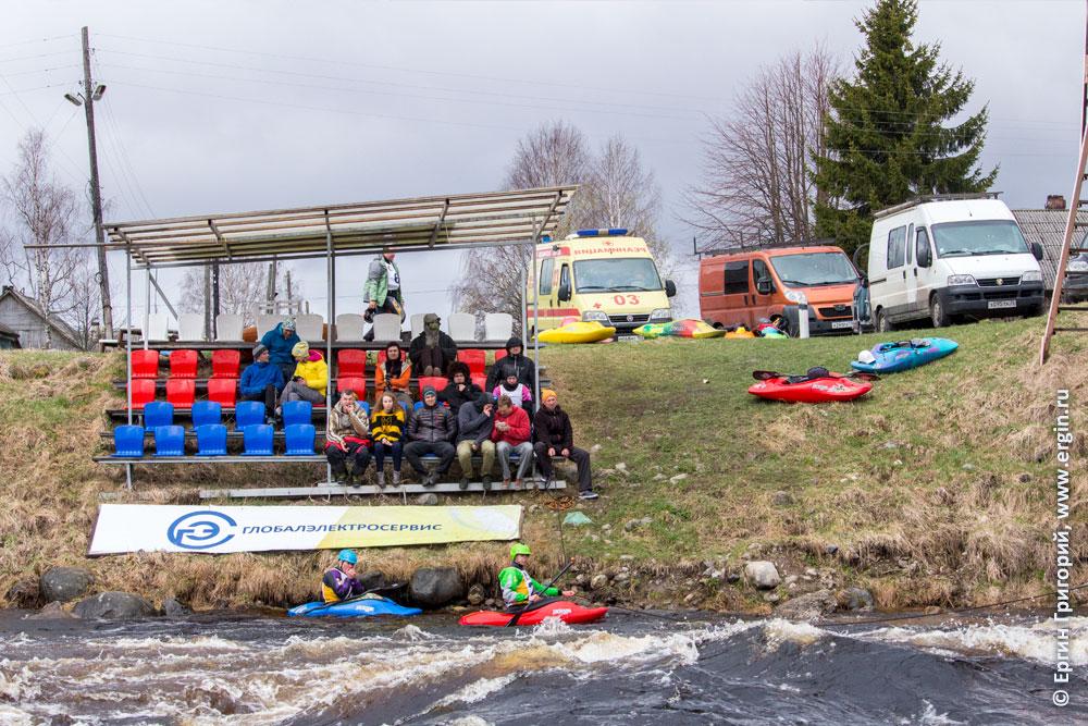 Зрители Чемпионата России по фристайлу на бурной воде в Тивдии 2017