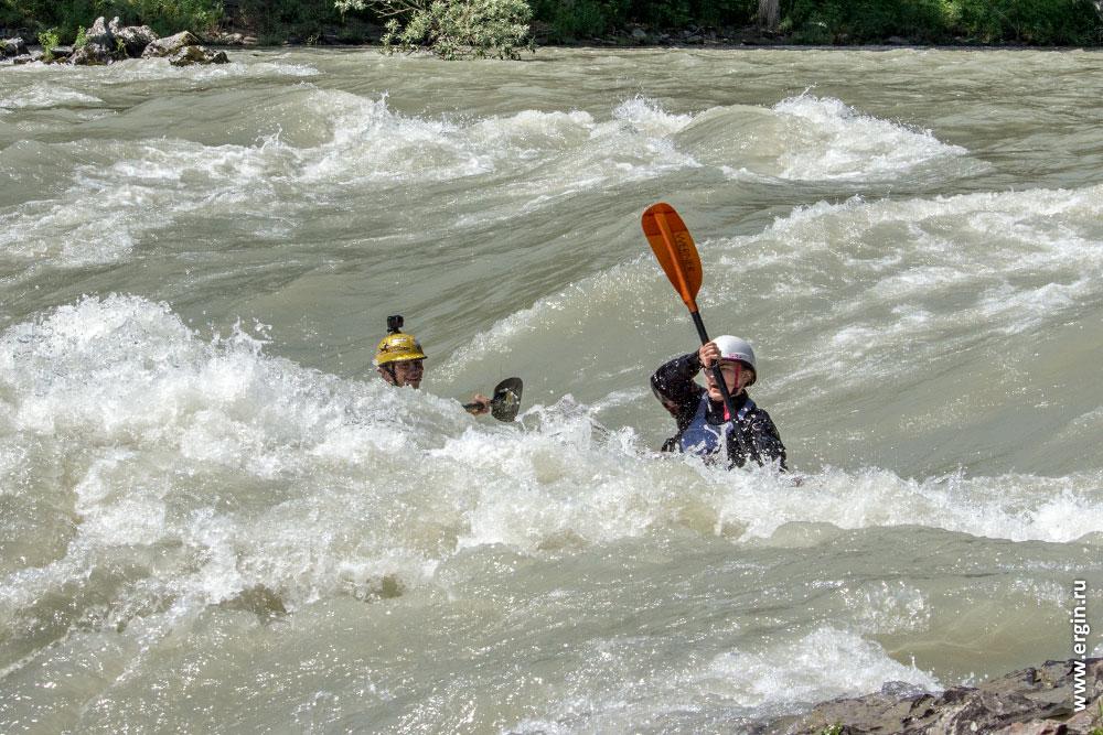 Первый вал порога Доллар на Алтае река Катунь и каякеры в нем
