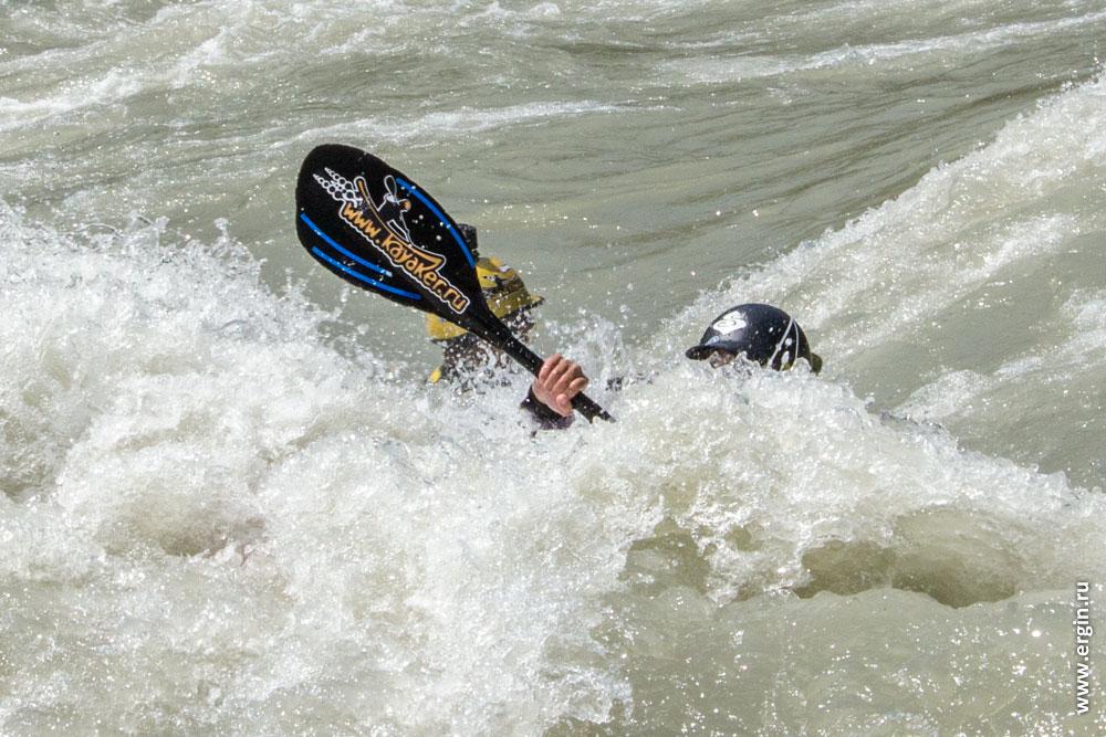 Каякеров замыло водой в пороге Доллар на Катуни Алтай
