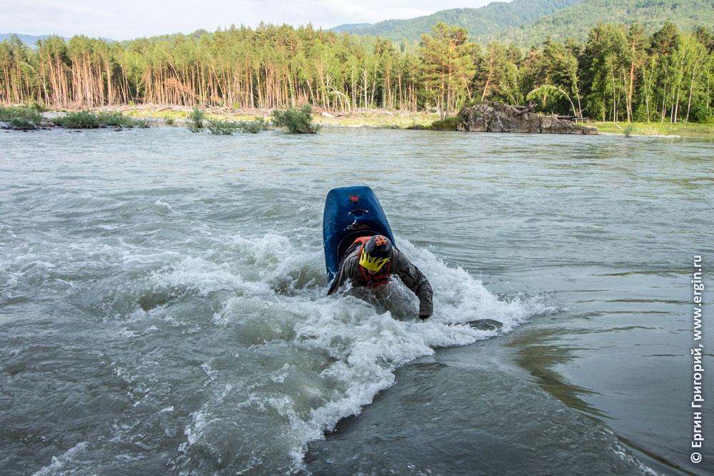 Фристайл на бурной воде в Учебной бочке на Катуни Алтай