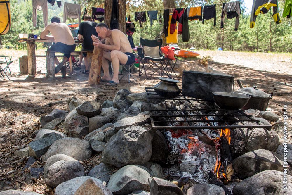 Каякерский лагерь возле волны Бийка на Алтае в сосновом лесу