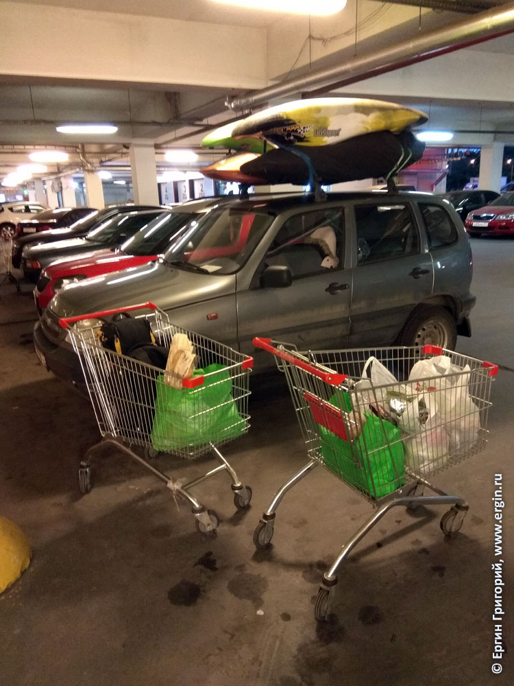 Каякеры покупают еду для поездки