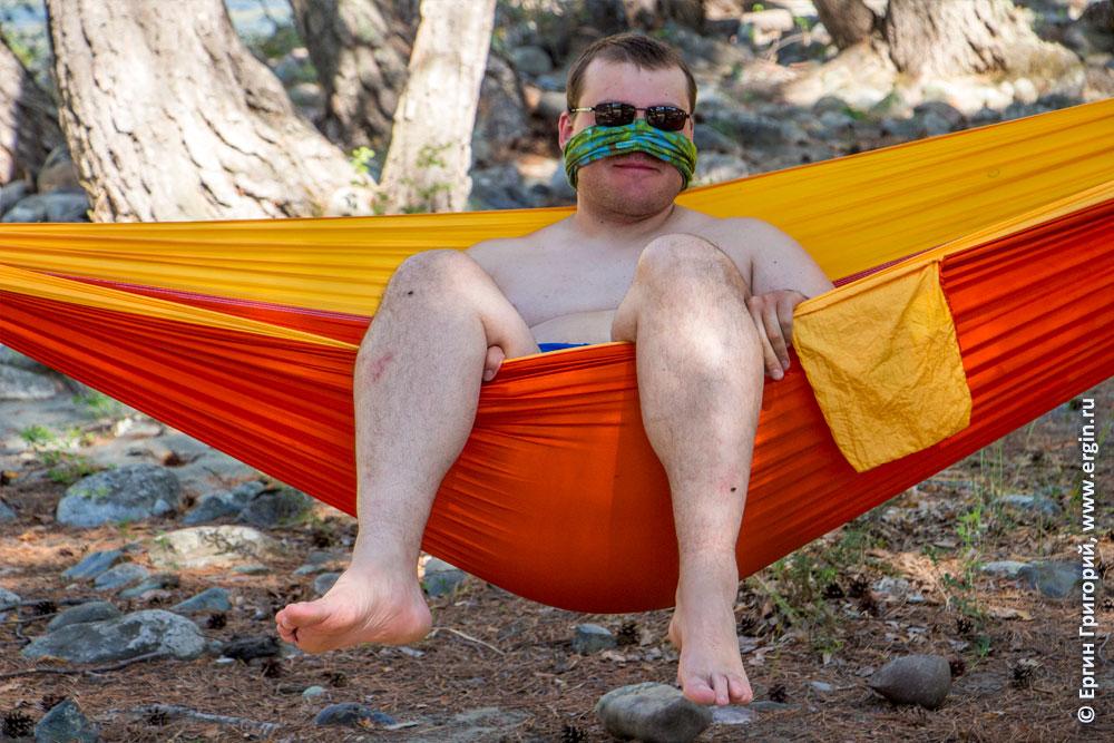 Каякер отдыхает в гамаке после тренировки