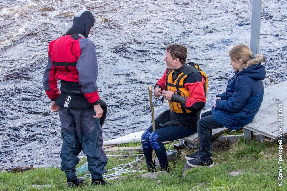 Вяжем веревку для входа на вал в Тивдии на каяке для тренировок по фристайлу на бурной воде