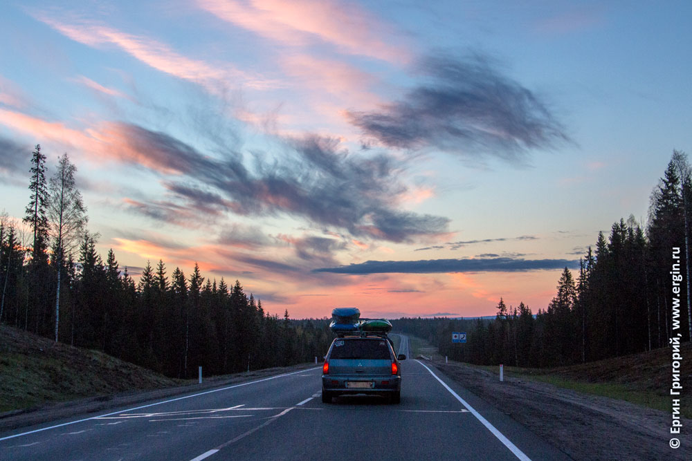 Машина с каяками едет в Карелии рассвет