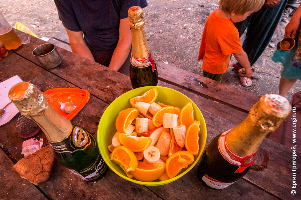 Вино и фрукты на отвальной каякеров после обучающего родео-тура на Алтае