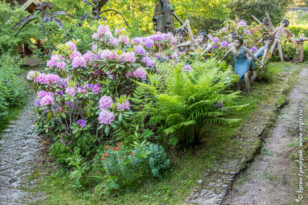 Много цветов в Патсаспуйсто среди статуй