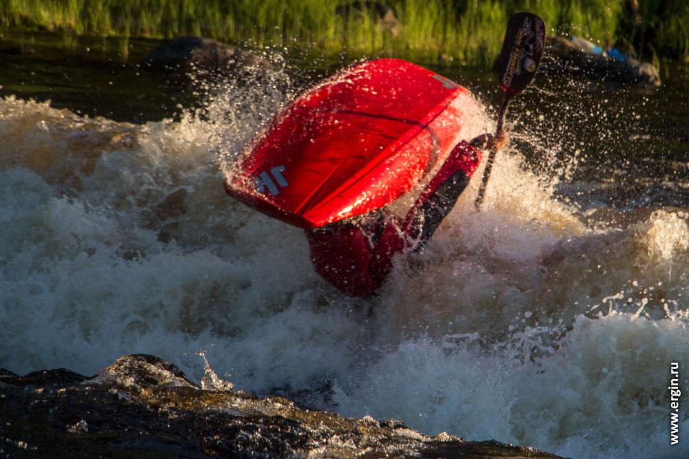 Фристайл на бурной воде на закате каякинг в Лиексе порог Нейтикоски