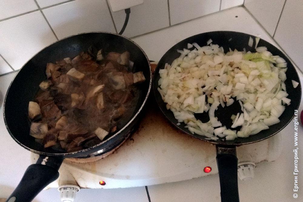 На сковороде жарятся грибы с луком