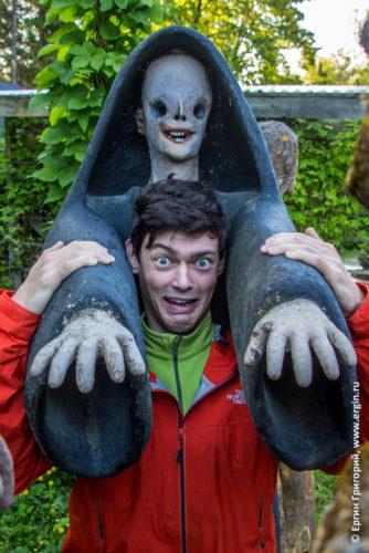 Фото со статуей смерти в Патсаспуйсто Финляндия