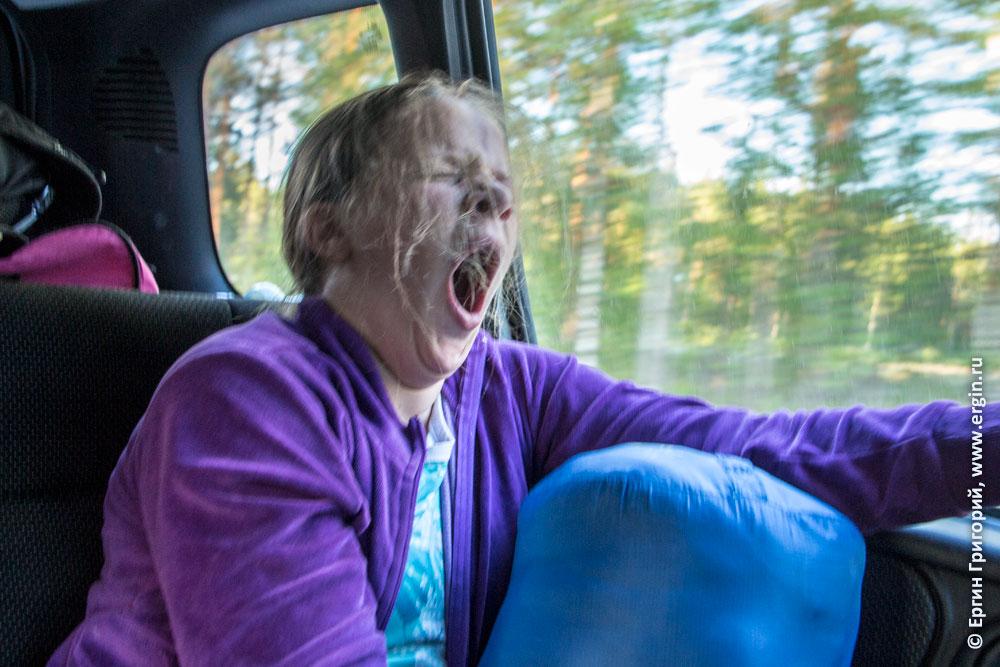 Девочка в машине по пути из Лиексы зевает