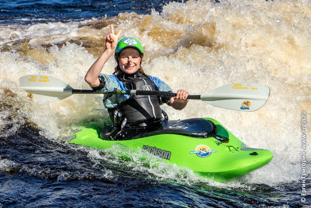 Победа каякера в пороге фристайл на бурной воде в Лиексе