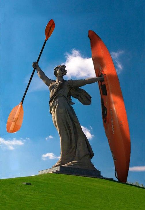 Родина-мать в Волгограде держит весло и каяк