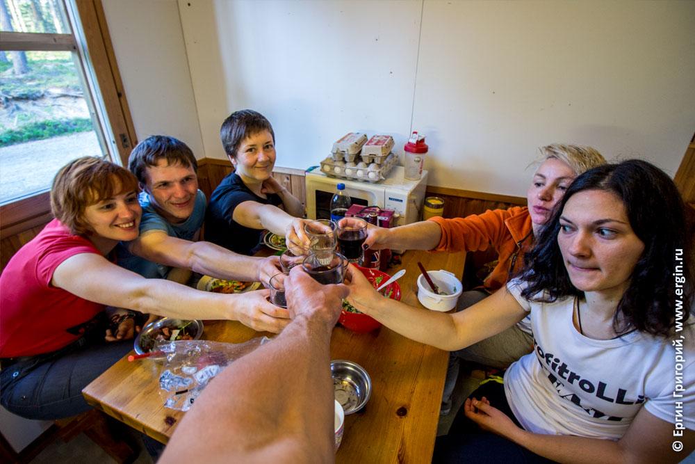 Каяеры пьют тост за первые успехи в каякинге в Лиексе Нейтикоски