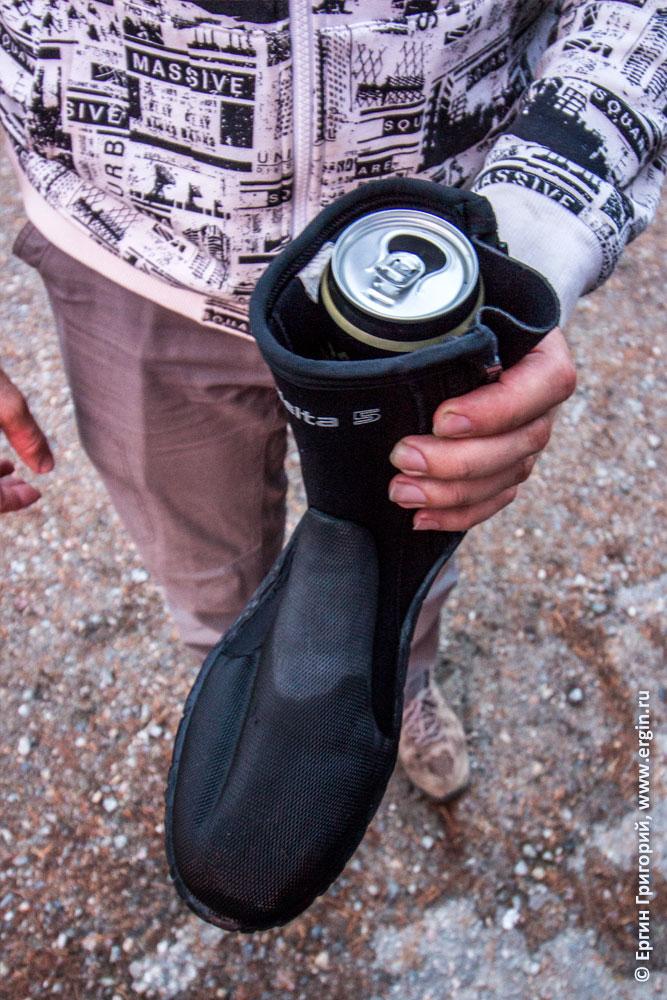 Каякер читер после отстрела пьет пиво из неопренового ботинка
