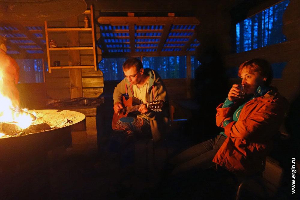 Песни под гитару у пламени костра в Лиексе