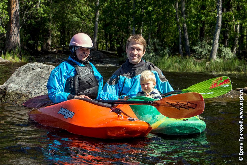 Семья каякеров в каяках с дочкой и веслами в Лиексе
