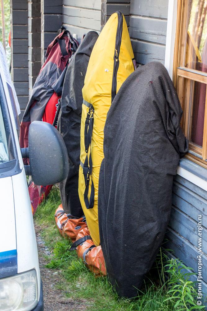 Каяки стоят у коттеджа в кемпинге Нейтикоски недалеко от Лиексы