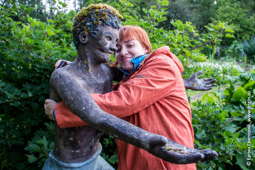 Статуя в Патсаспуйсто обнимает девушку