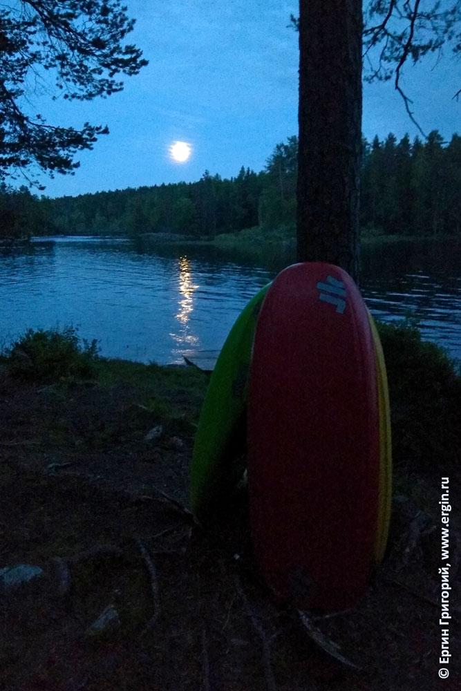 Лунная дорожка в Лиексе у озера с каяками