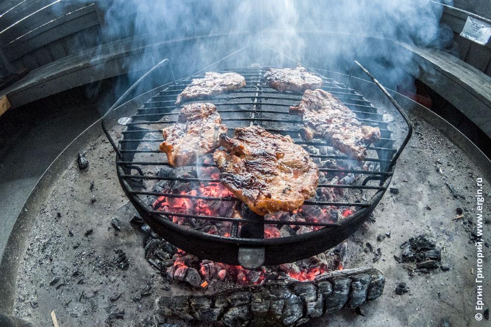 Мясо зажаренное на углях в беседке кемпинге Нейтикоски недалеко от Лиексы