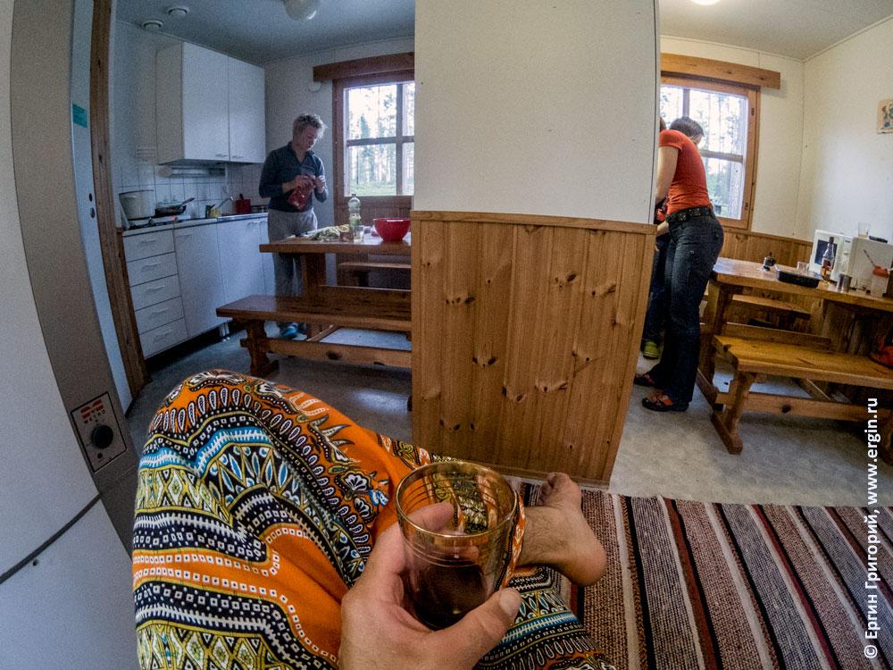 Красное вино и женщины на кухне кемпинга Нейтикоски в Лиексе