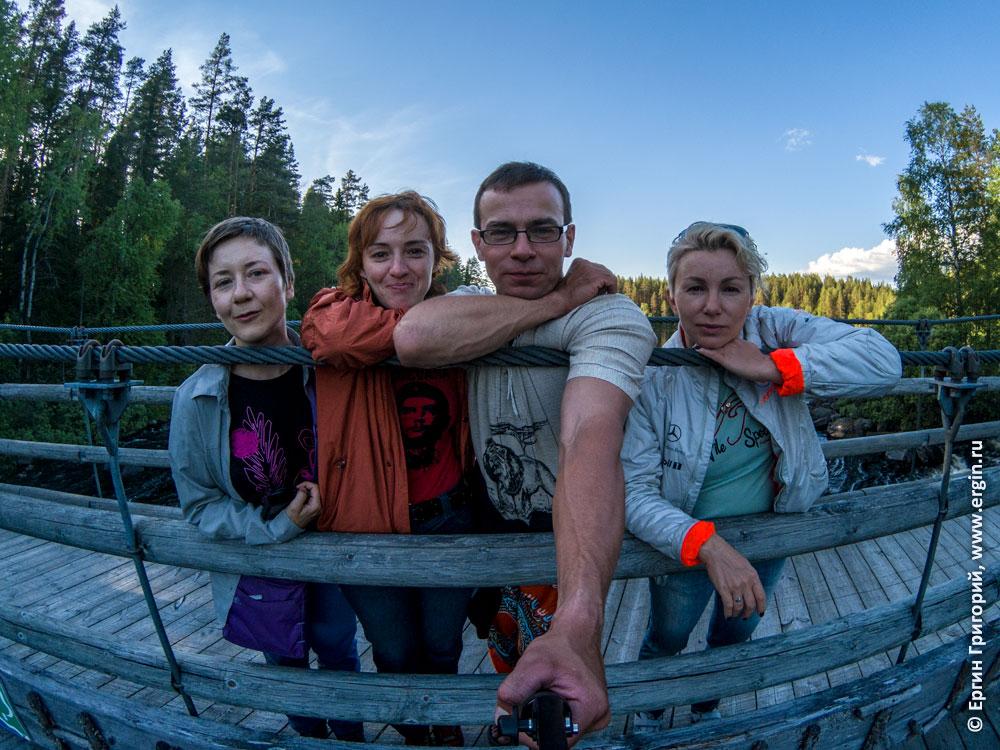 Фото на подвесном веревочном мосту недалеко от кемпинга Нейтикоски и Лиексы