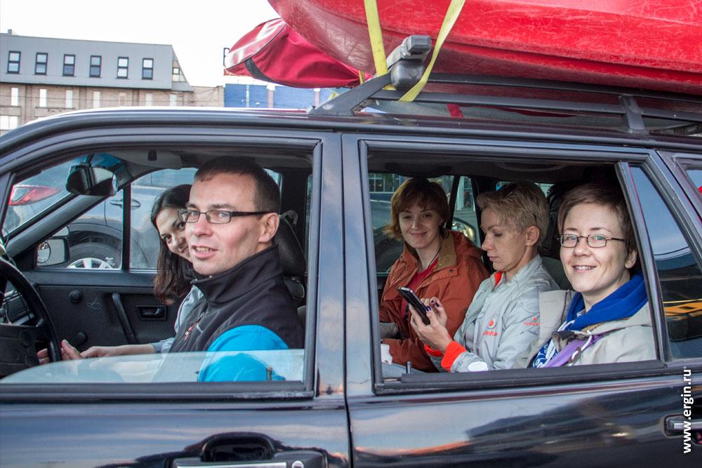 Каякеры в машине едут на тренировки в Лиексу