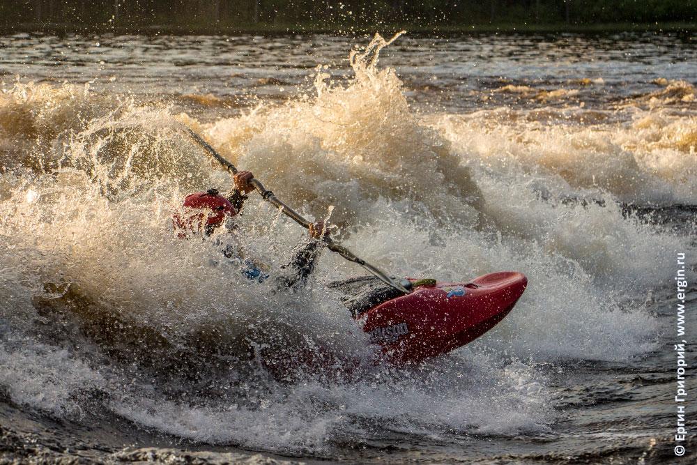 Каякер в пене порога Нейтикоски занимается фристайлом на бурной воде в Лиексе