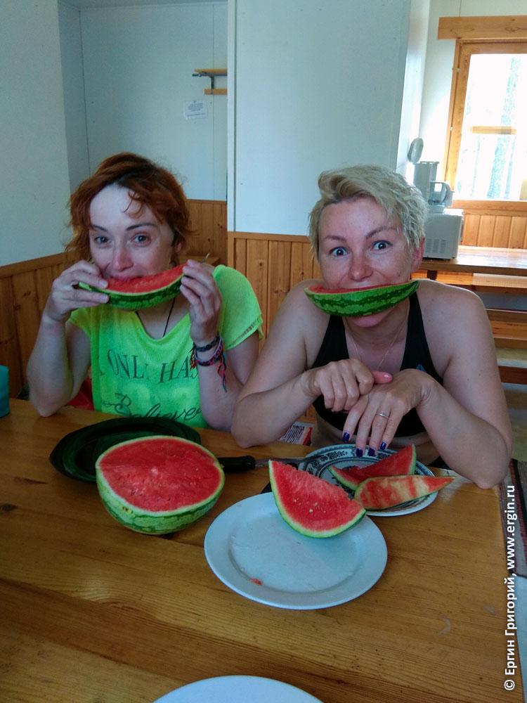 Поедание девушками арбуза в Лиексе, кемпинге Нейтикоски