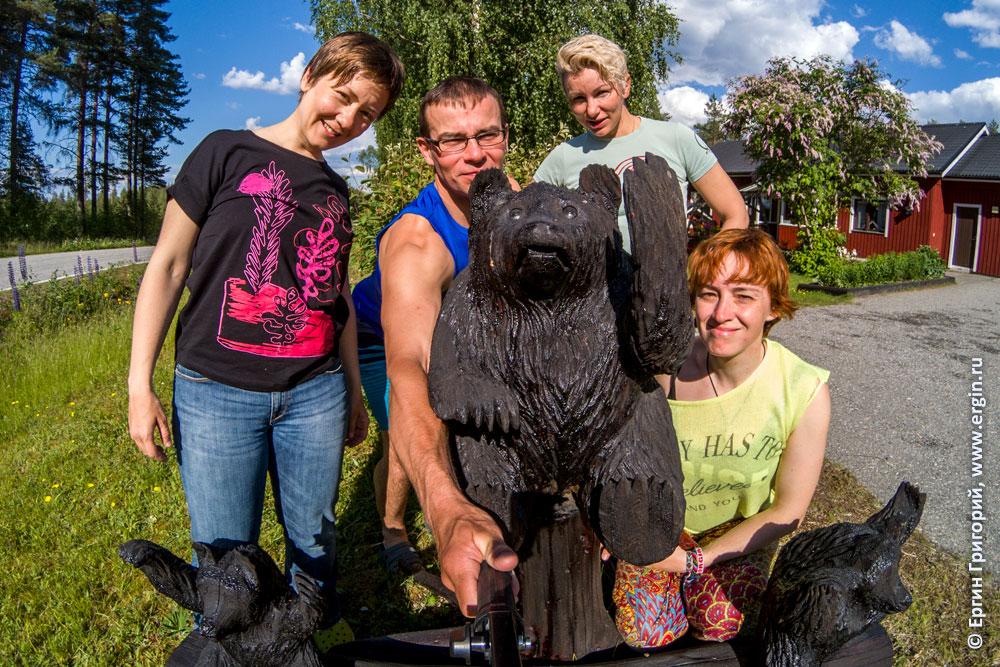 Селфи со статуэтками финских медведей в Лиексе заповеднике Руунаа