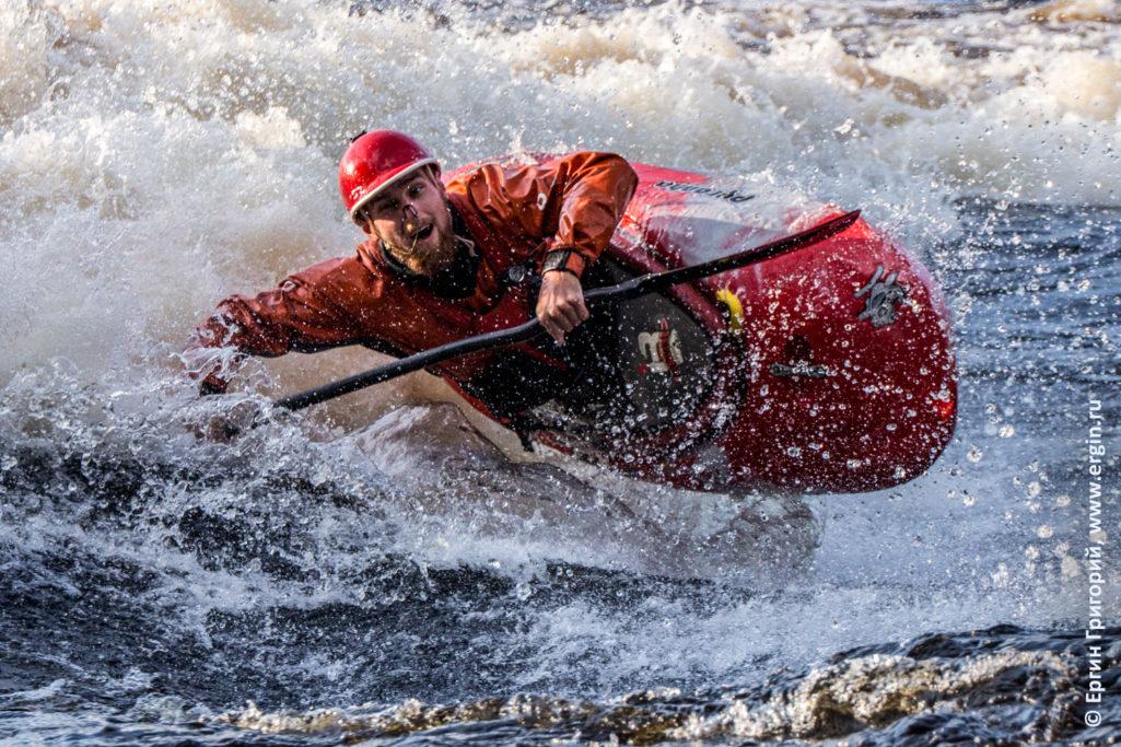 Каякер над бурной водой летит в каяке фристайл