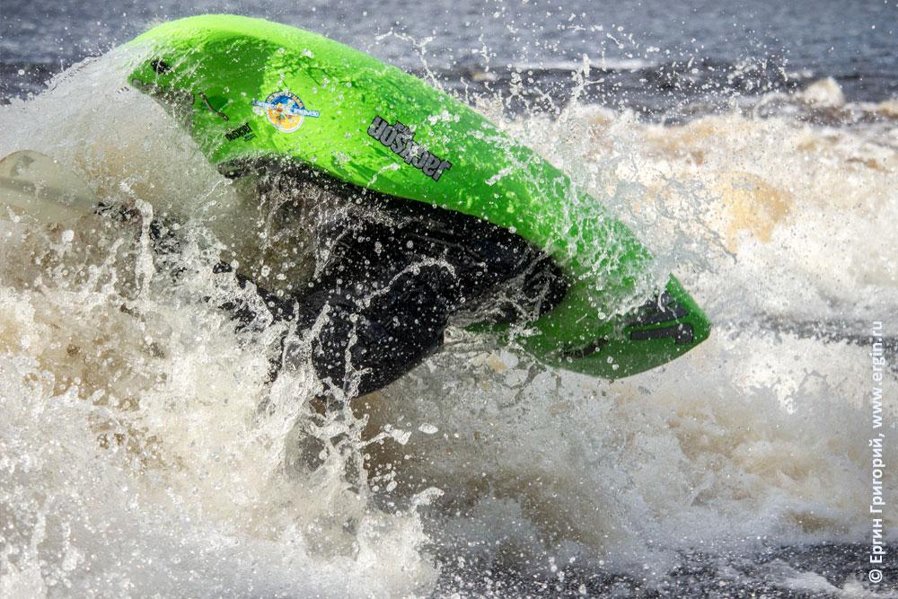 Луп сальто на бурной воде на каяке фристайл каякинг в Лиексе