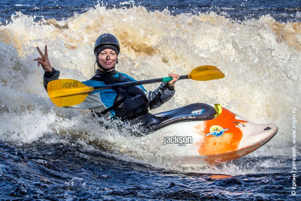 Радостный каякер на бурной воде Лиекса