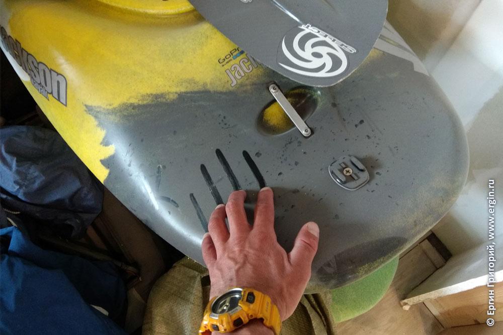 Каяк для фристайла на бурной воде весь в пыли и весло запылилось