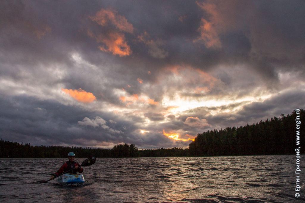Закатное серое небо с желтыми подпалинами в Лиексе Нейтикоски