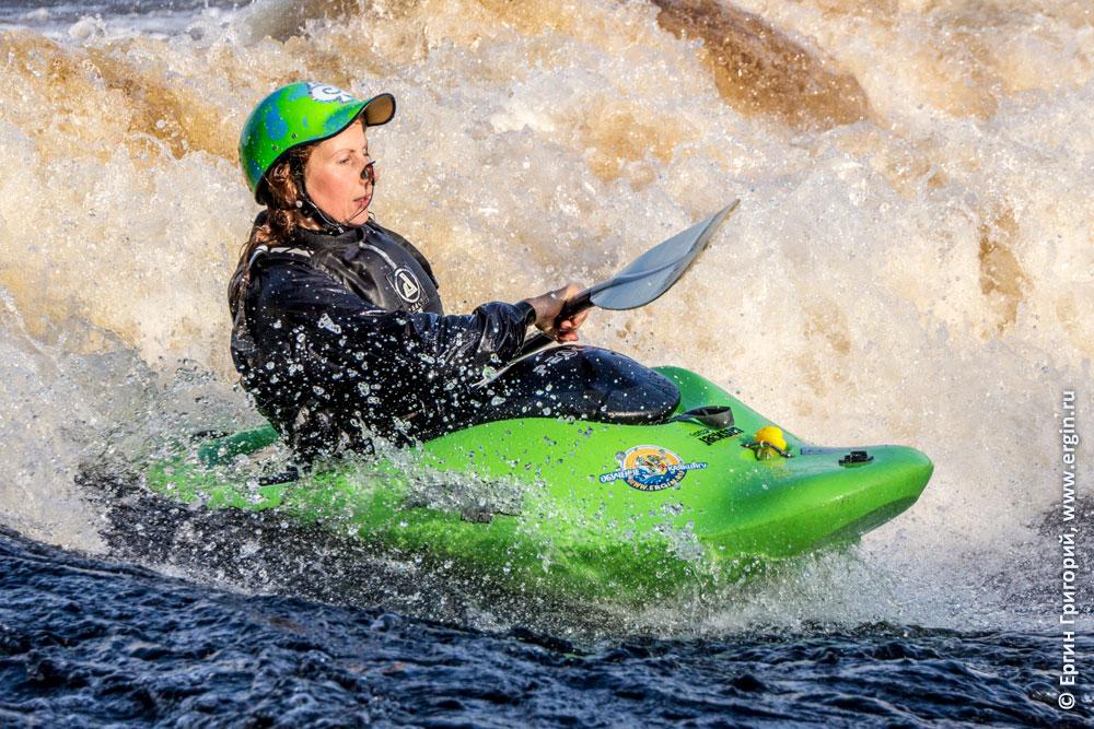 Каякер тренировки по фристайлу на бурной воде в Лиексе