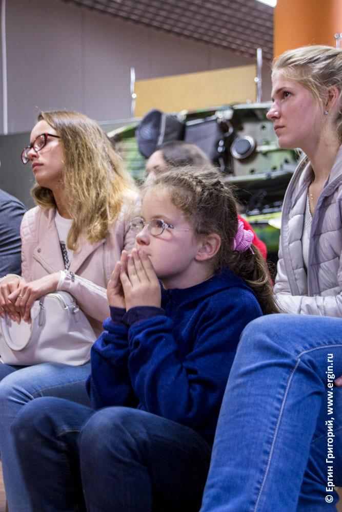 Маленькие дети каякеры из детской группы участвуют в семинаре по эскимосскому перевороту на каяке