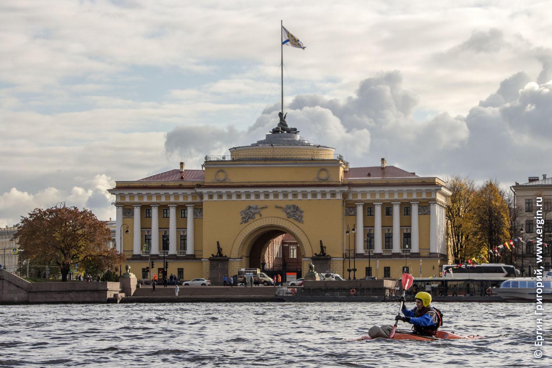 Каякер проходит мимо Адмиралтейства в Петербурге