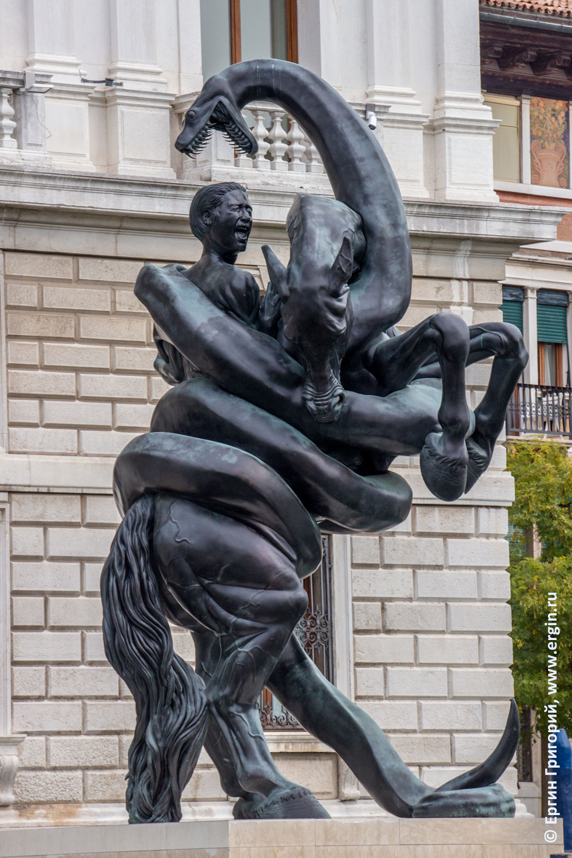 Damien Hirst статуя всадника на коне удушаемого змеем на входе в Palazzo grassi