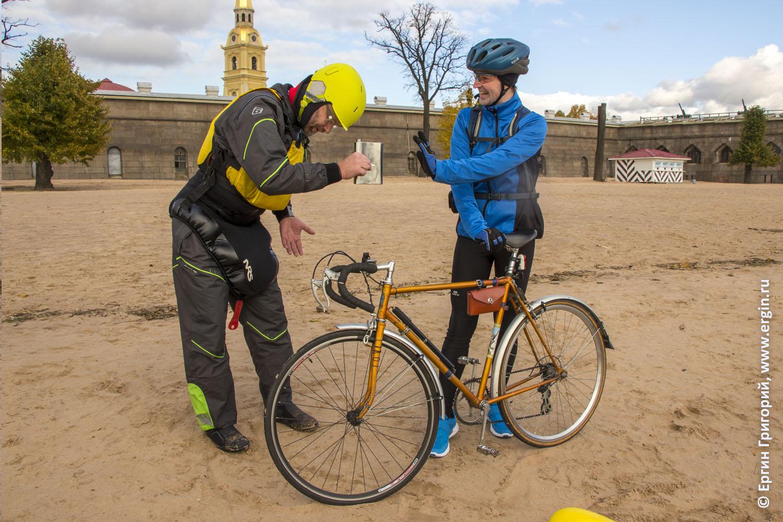 Каякер в Санкт-Петербурге предлагает фляжку велосипедисту на пляже Петропавловской крепости