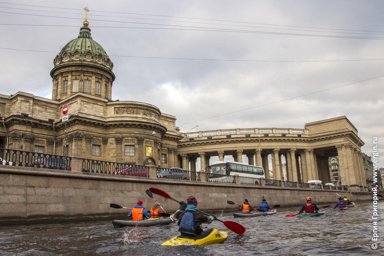 Водные туристы идут на веслах по каналам и рекам Санкт-Петербурга